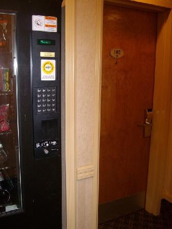 Best Western Peace Arch Inn: Der laute Automat direkt neben unserem Zimmer