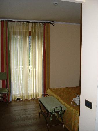 Hotel La Darsena: Roadside  balcony  in room