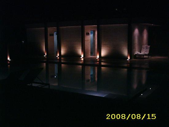 Trinitarias Suites: piscina de noche