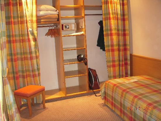 "Interalpen-Hotel Tyrol : ""dressing room"" with closets & 2 twin beds"