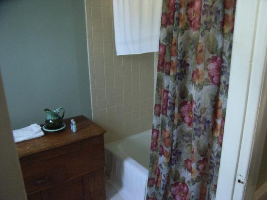 Essex Street Inn & Suites: Elegant bathroom with 'antique' dresser