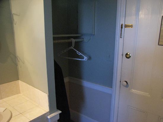 Essex Street Inn & Suites: Elegant wardrobe with all 3 plastic hangers