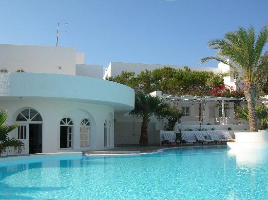 Thalassa Sea Side Resort & Suites: piscine et restaurant