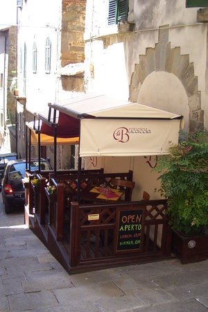 La Bucaccia: Partitioned seating outside restaurant