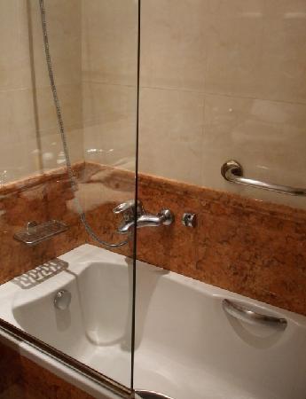 โรงแรมเอเทรียน: Our bathroom at the Atrion