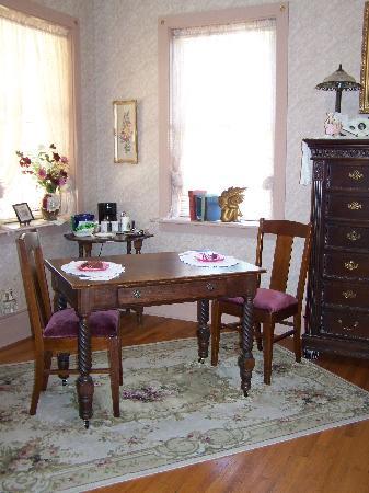 Abigail's Grape Leaf Bed & Breakfast, LLC: Table in room