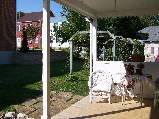 Abigail's Grape Leaf Bed & Breakfast, LLC: Outdoor Table & Chairs