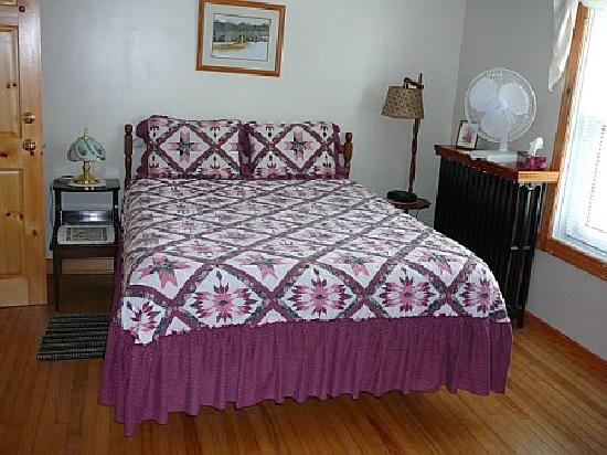 Baddeck Heritage House Bed and Breakfast: Our room