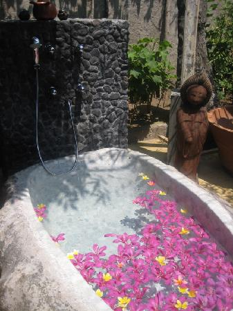 Hotel Tugu Lombok: Outdoor tub, carved from a single boulder