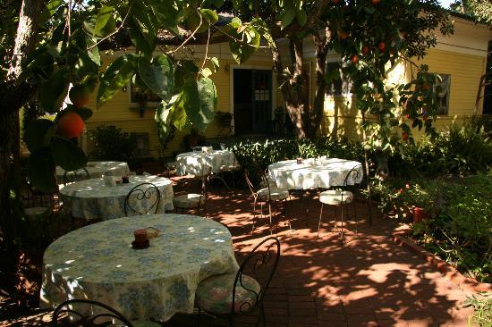 The Secret Garden Inn: Frühstücksgarten