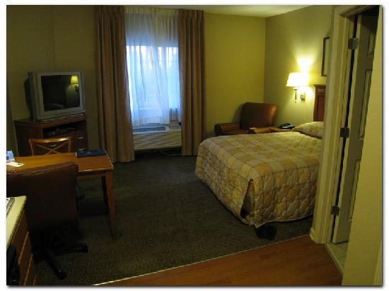 Candlewood Suites Clarksville: Older style beadspread in a new hotel?