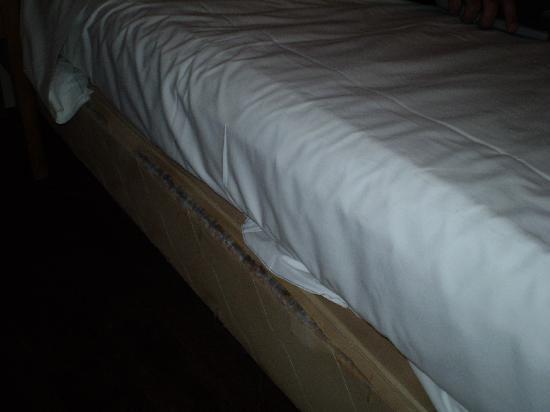 Hotel Dante: ripped mattress