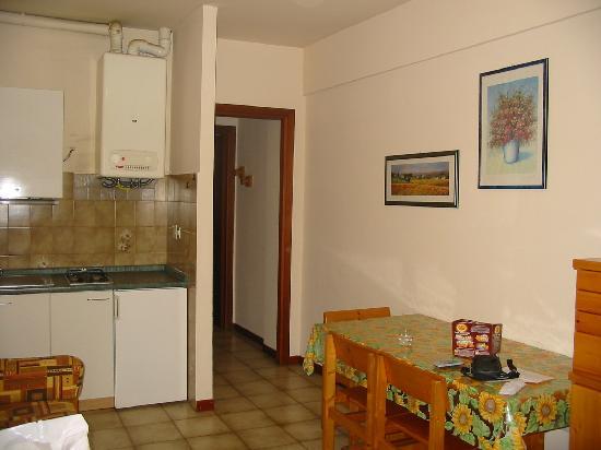 Residence Isola Verde: L'espace cuisine et salle à manger
