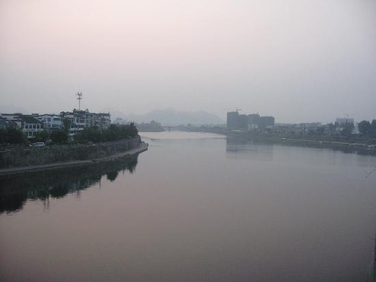 Huaxi Hotel: By the river