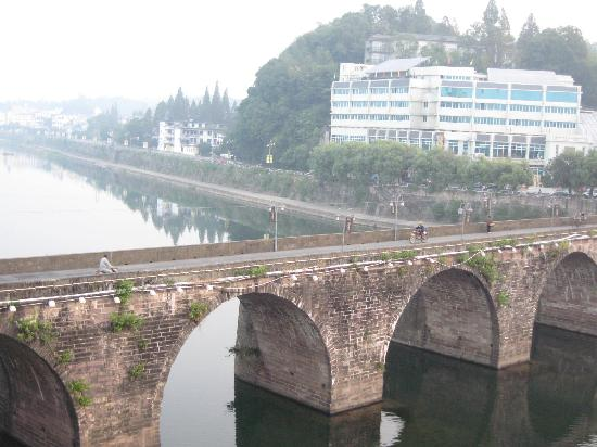Huaxi Hotel: The old bridge