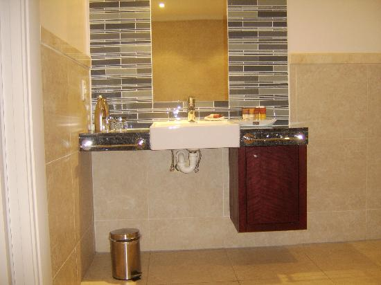 Protea Hotel North Wharf Waterfront: Bathroom Pic 3 - Basin with no obstruction for wheelchair user
