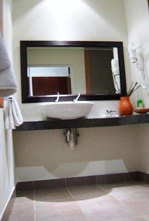 Maropeng Boutique Hotel: Bathroom 1 - Basin