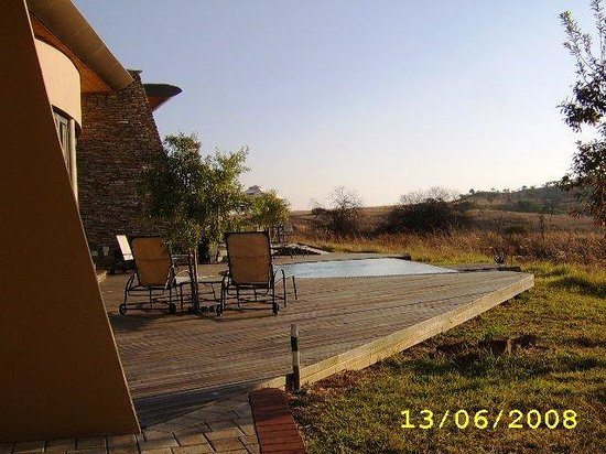 Maropeng Boutique Hotel: View from patio onto the pool deck