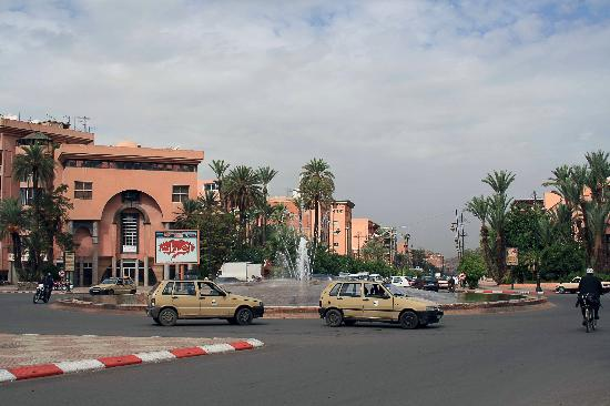 Moroccan House Hotel: Roundabout, Mohammed V avenue.