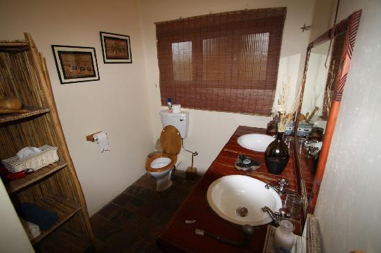 Hilltop Guesthouse : The bathroom