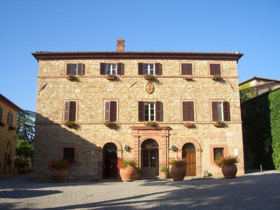 Poggio Rosso: Borgo San Felice, Il Palazzo