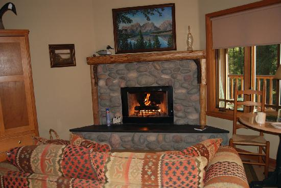 Weasku Inn : Fireplace in our river cabin 9-08