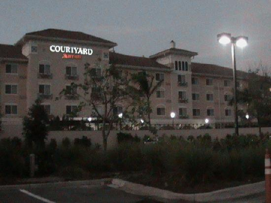 Courtyard Fort Myers at I-75 and Gulf Coast Town Center: Leider etwas dunkel