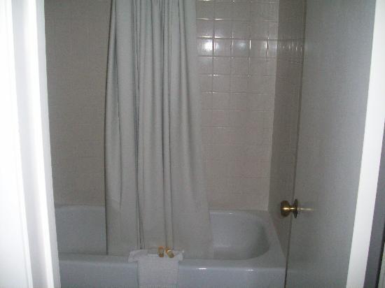 La Quinta Inn San Antonio I-35 N at Toepperwein: bathroom