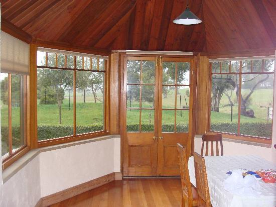 Blackwood Park Cottages Mole Creek: Heritage Cottage - AMAZING dining room!