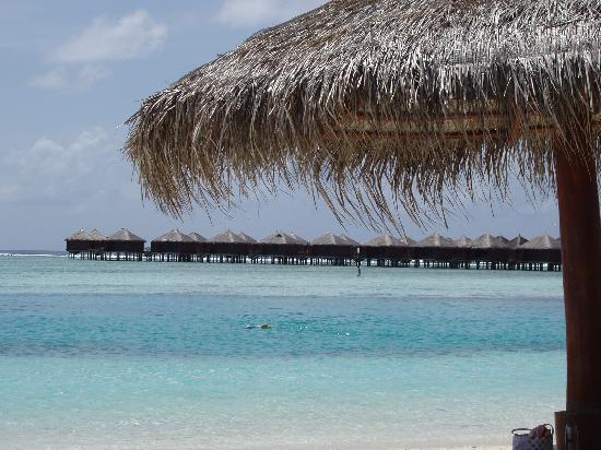 Cinnamon Dhonveli Maldives: les bungalows-sur-pilotis vus le plage