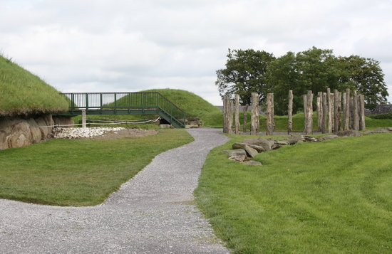 Donore, Irlanda: Ireland: co. Meath - Knowth - Circular Structure, Main Mound and Satellite Tomb beyond