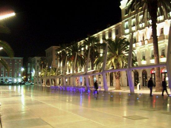 Split, Croácia: 夜の海岸通り
