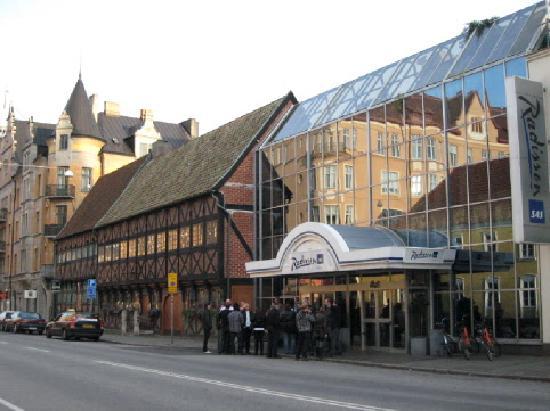 Radisson Blu Hotel, Malmö: Entrance to road showing original historic builkding