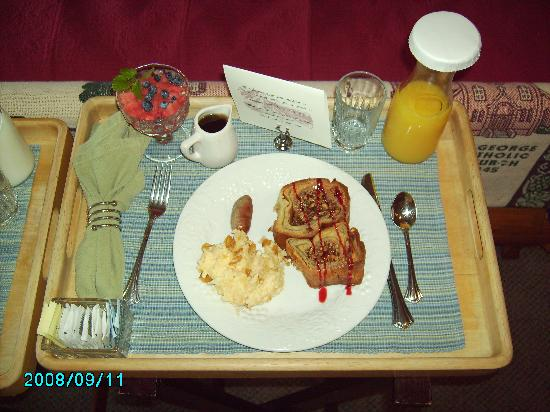 Hermann Hill Vineyard Inn & Spa and River Bluff Cottages: Our breakfast... french toast!