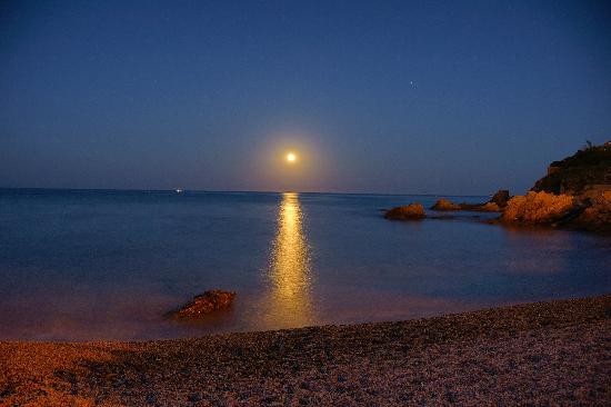 Saint-Aygulf, Francia: spunta la luna