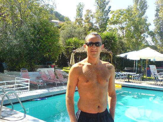 Sunny Days Hotel: Me beside the pool