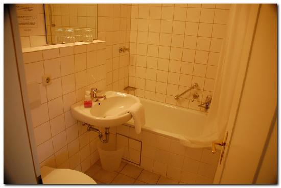 Hotel Bergbauer: Good bathroom except for limited counter space