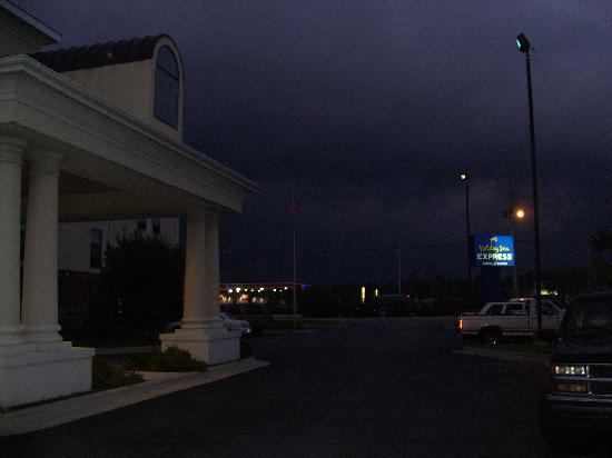 Holiday Inn Express Morehead City: When the wind blows, the windows in Room 202 will whistle...