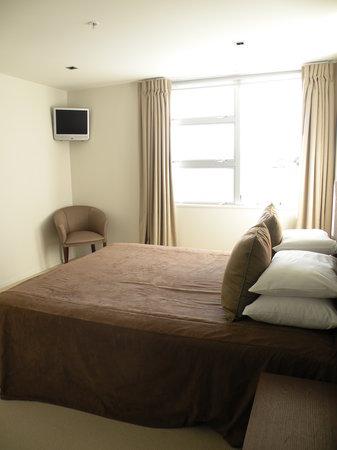 Waimahana Luxury Lakeside Apartments: Master bedroom