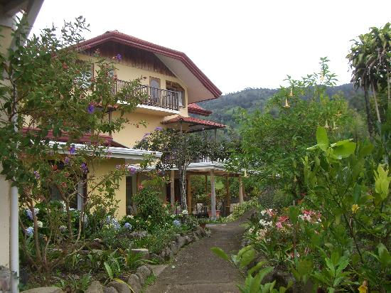Hotel Guayabo Lodge: Side view of lodge and garden