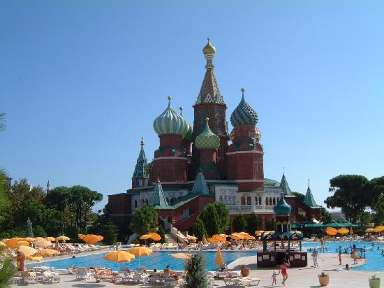 WOW Kremlin Palace: Bar de piscine et restaurants à la carte