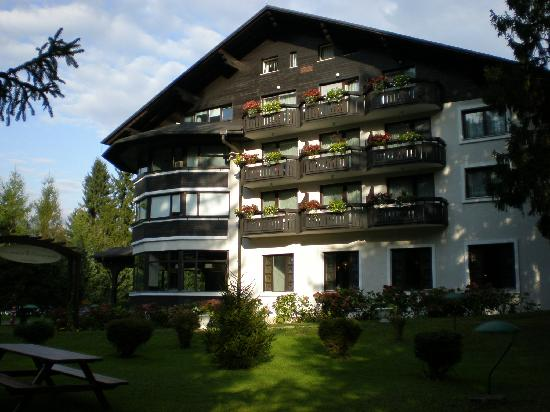 Hotel Ribno: Hotel from the garden - front