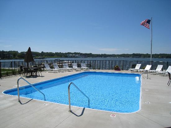 Saugatuck Harbor Inn : Pool with views of the harbor