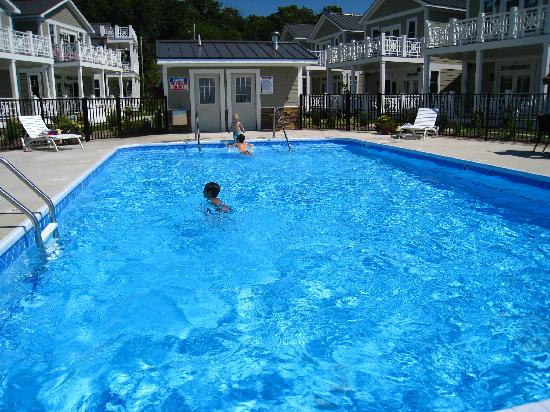 Saugatuck Harbor Inn: Our children loved the pool!