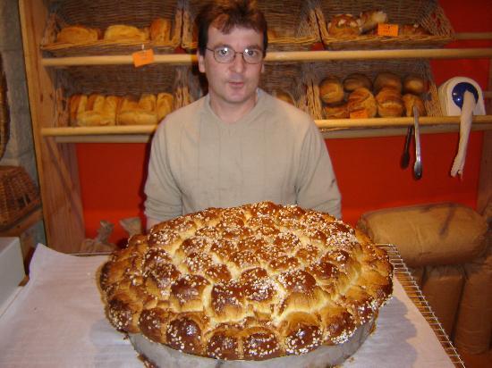 Artocarpus : Le boulanger fort sympatique nous présente sa brioche a acheter en tranches