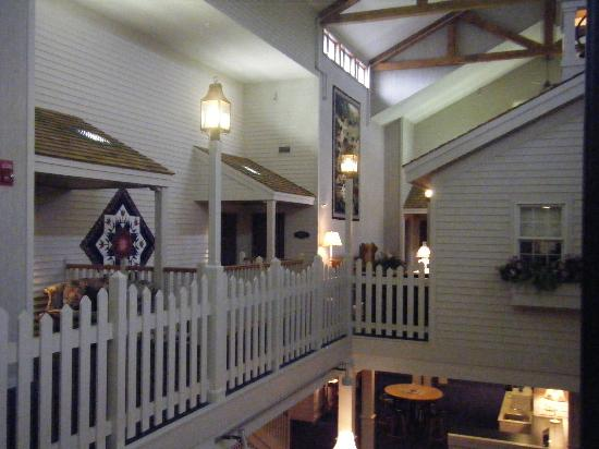 Essenhaus Inn & Conference Center: Balcony in Atrium Area