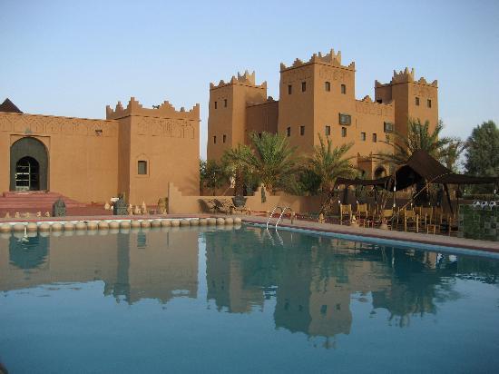 El hotel y el restaurante desde la piscina