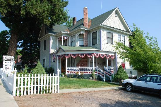 Roseberry House Bed & Breakfast: Front of Roseberry House from the street