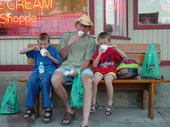Lupine Inn: Stop in for some great ice cream