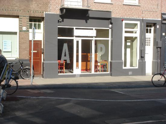 Alp Hotel Amsterdam: get off at cheech & chongs coffee shop,hotel is then 30 secs walk.